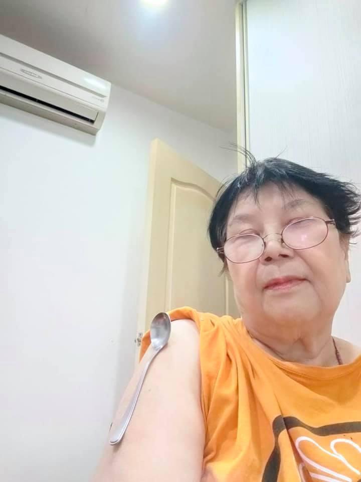 馬國賢媽媽手臂在打過疫苗後也可吸住湯匙。圖/摘自臉書