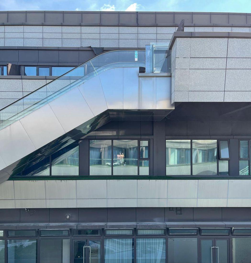 周興哲在陽台健身,照片被網友揪出裸身的亮點。圖/摘自IG