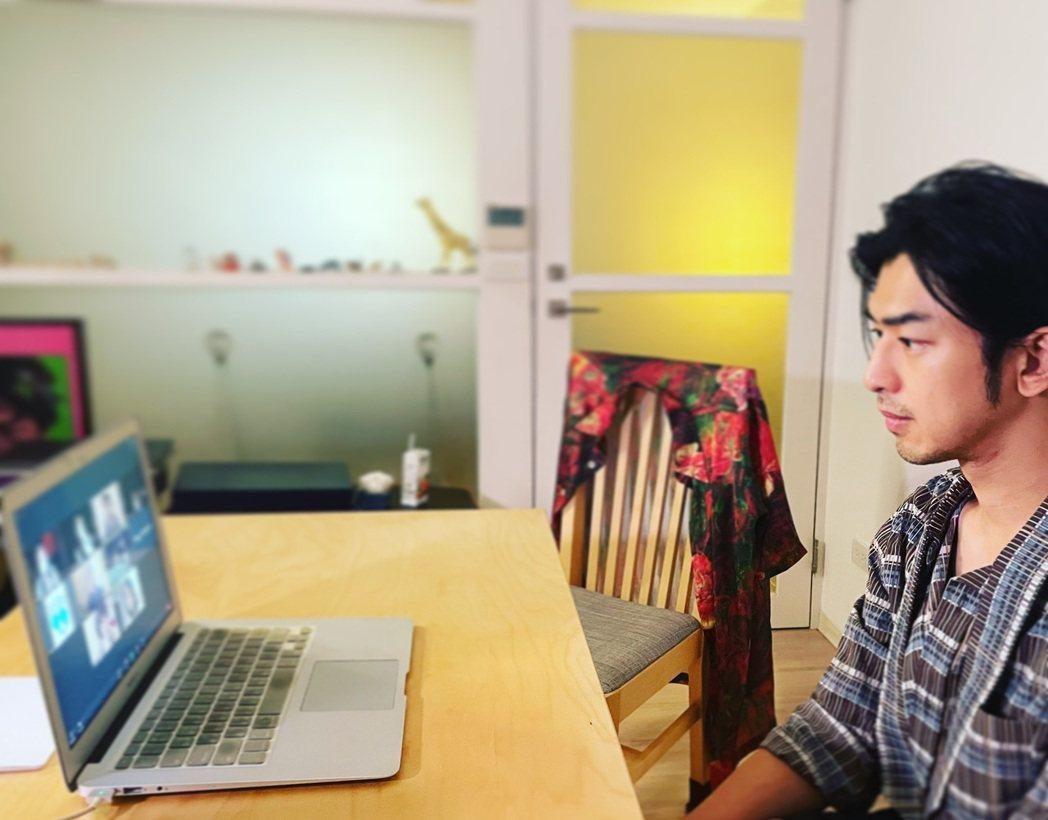 陳柏霖在家裡與富川影展韓國觀眾舉行映後線上論壇。圖/良人行影業提供