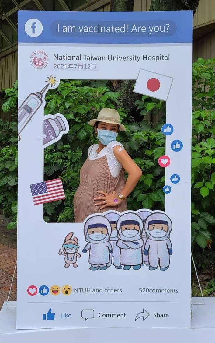 33歲的葉瑋庭預計本月26日產下頭胎「鷹寶寶」,今至台大施打莫德納疫苗。圖/星光...