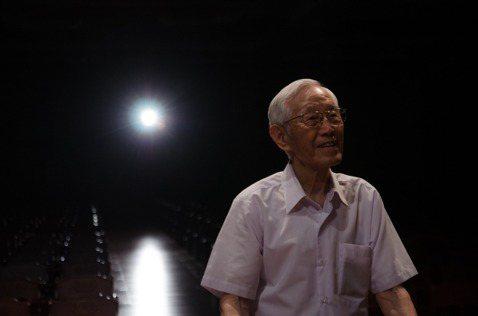 資深演員高振鵬5 日於慈濟醫院辭世,享耆壽91歲,演藝資歷超過一甲子的他,一輩子沒當過男主角,卻是少數高齡仍在「線上」的演員,是演藝圈「永遠的綠葉」,如戲人生直到落幕。1949年,高振鵬還是上海大學...