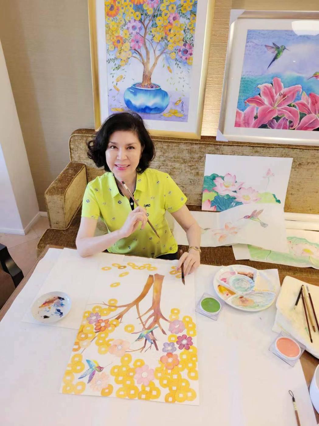 白嘉莉在房間內潛心創作,揮灑她對色彩的熱愛。圖/白嘉莉提供