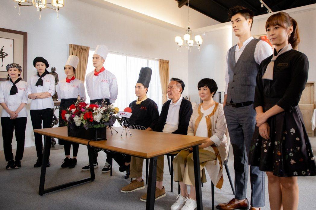 羅宏正(右二起)在「美味滿閣」中,飾演苗可麗、龍劭華的小兒子。圖/中視提供