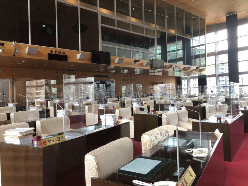 台中市議會經各黨團商議後,仍維持8月3日復會,加裝隔板的議事廳空蕩蕩。記者陳秋雲/攝影