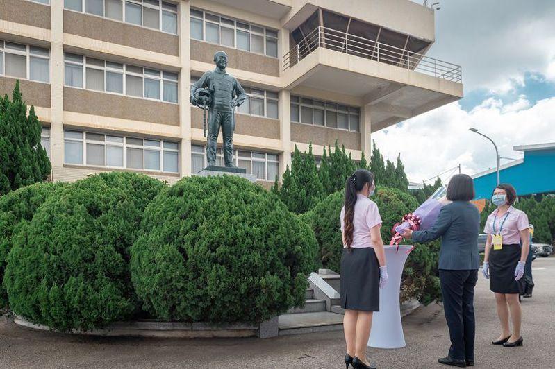 去年新式高教機「勇鷹」首飛典禮後,蔡英文總統到伍克振的銅像前獻花致敬。圖/取自蔡英文臉書