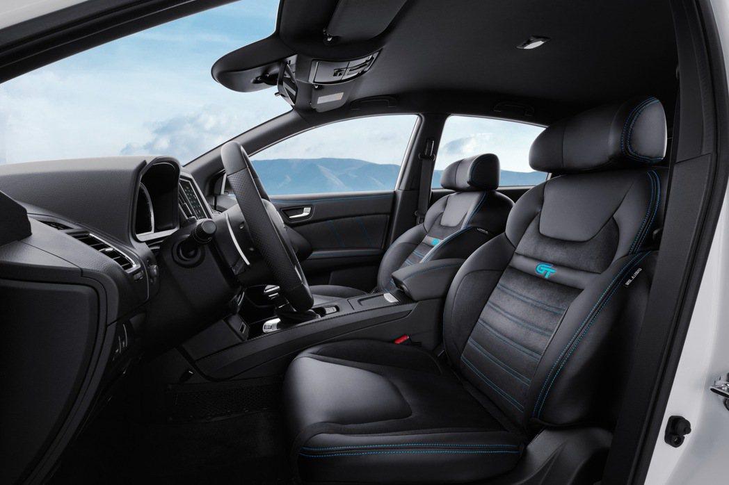 藍調車縫線與類麂皮座椅。 圖/LUXGEN提供