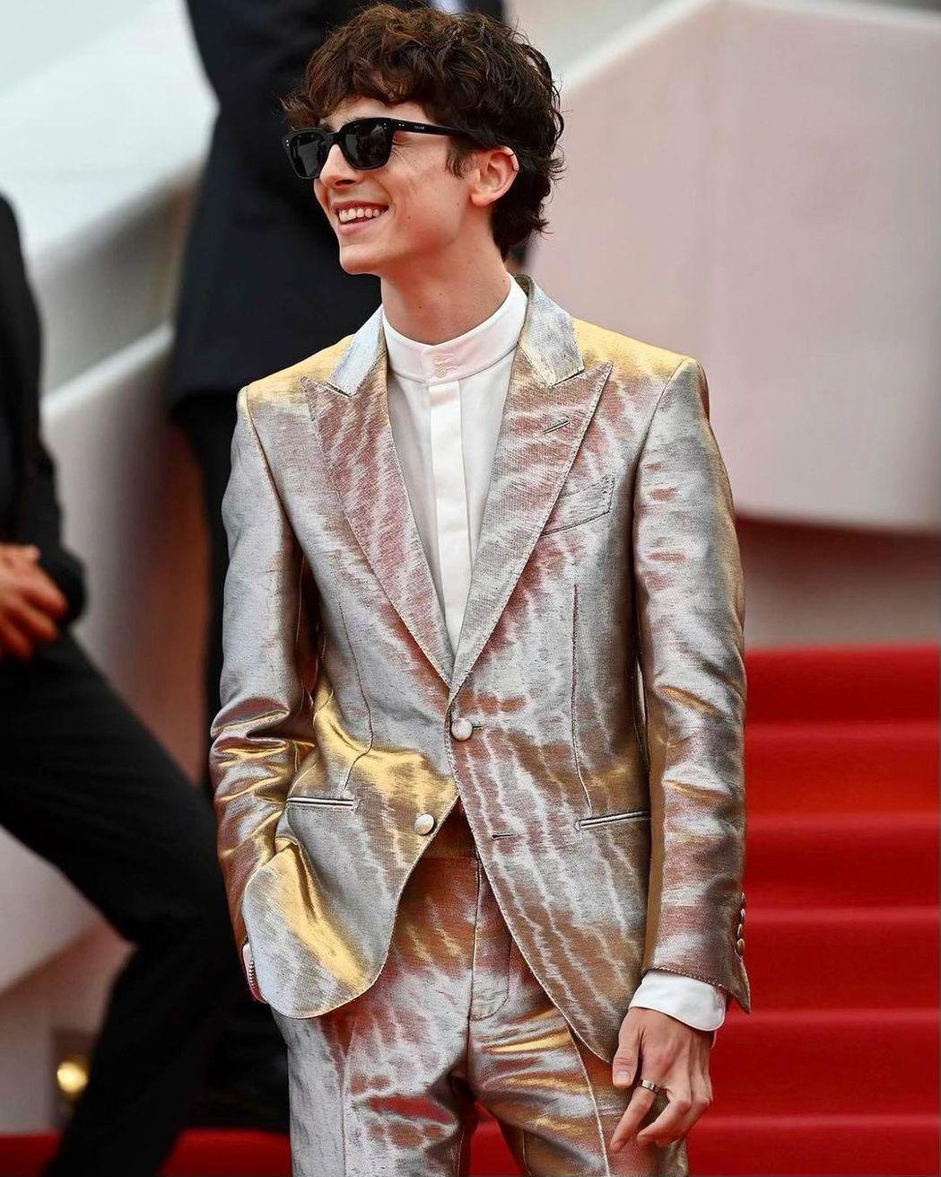 「甜茶」提摩西夏勒梅穿著銀色西裝成為紅毯第一帥。圖/摘自提摩西夏勒梅IG