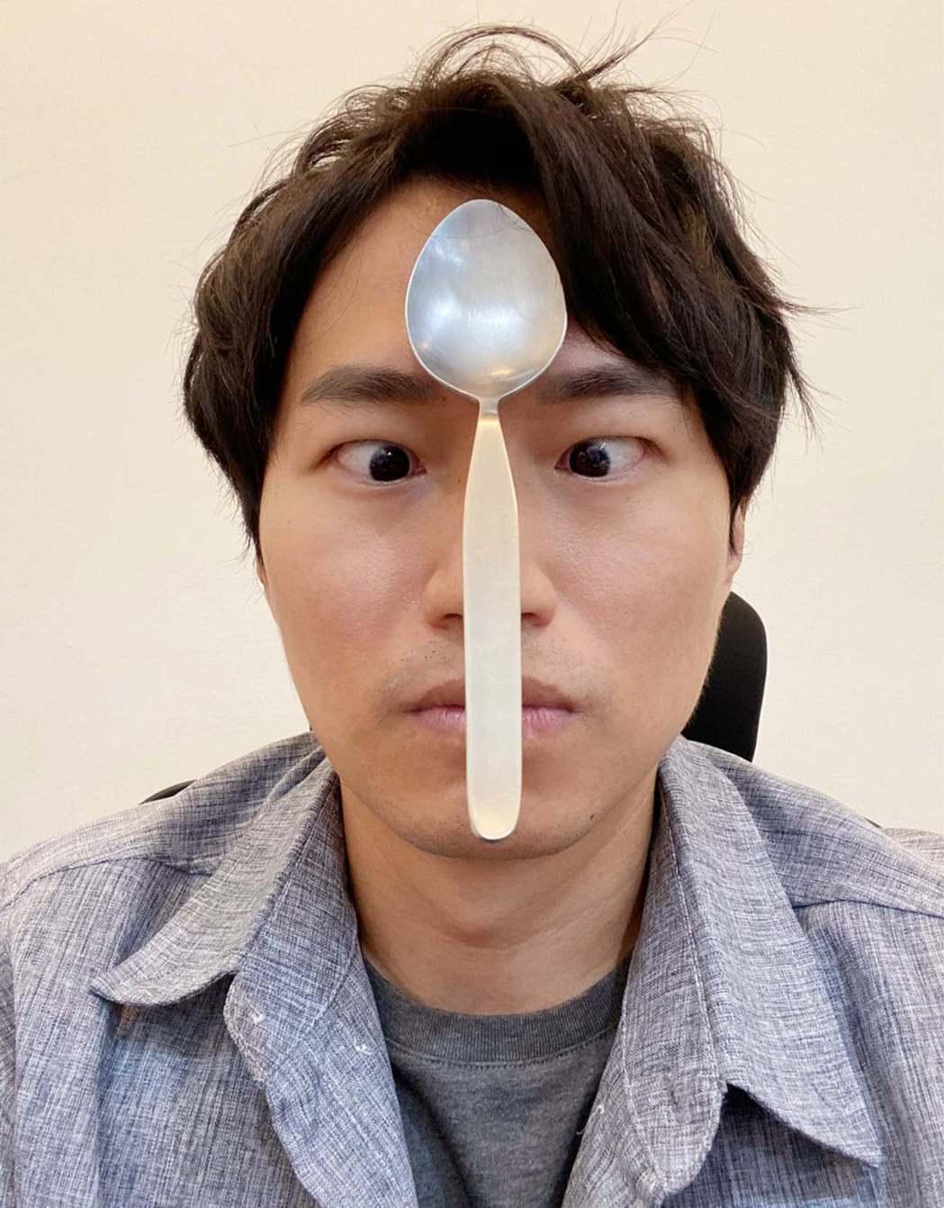 陳日昇揭開人體為什麼能吸附金屬物品的真相。 圖/擷自魔術師陳日昇臉書