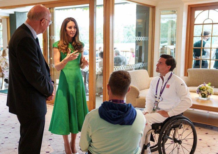 凱特王妃現身溫布頓女單冠軍賽時,身穿愛牌Emilia Wickstead綠色洋裝...