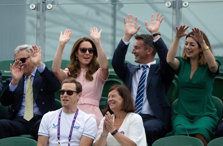 凱特王妃(左二)現身溫布頓男單冠軍賽時,身穿英國品牌Beulah的設計。圖/摘自...