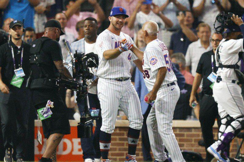 大都會板凳教練喬斯(右),幫阿隆索在全壘打大賽餵球全都丟紅中,被譽為幕後MVP。 路透社