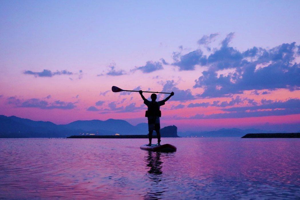 瀨戶內海域平靜,在Vessel Oochi露營可以免費參加SUP立槳體驗。 圖/...