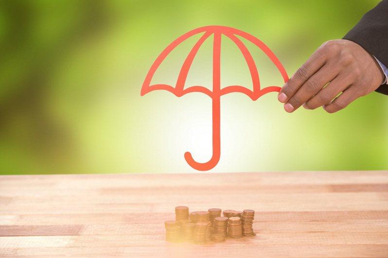 保單借款紓困優惠方案7月1日上路,據統計,開辦首日短短3個小時內,申請人數已有1453人、件數為1657件,申貸金額高達新台幣1億3283萬元。  圖/小花平台保險+提供