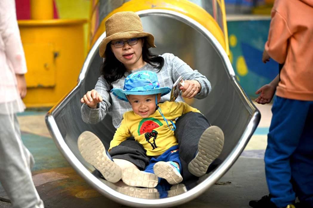 《焦慮世代的安心教養》作者勒文說:「在家當個好媽媽、在學校為孩子爭取權益、工作上要積極進取、薪水不能太差、身體要保持健康、外表要青春、對丈夫不能沒有情趣、心裡還得懂得感激。」示意圖。 圖/法新社