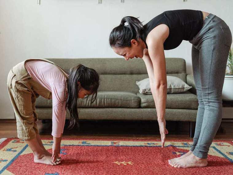 長時間待在家令你感到心煩,建議起身喝水、做點運動,轉移注意力。 圖片來源/pex...