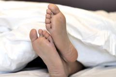 家裡沒冷氣...他裸睡仍熱到受不了 網曝「降溫神招」:超涼