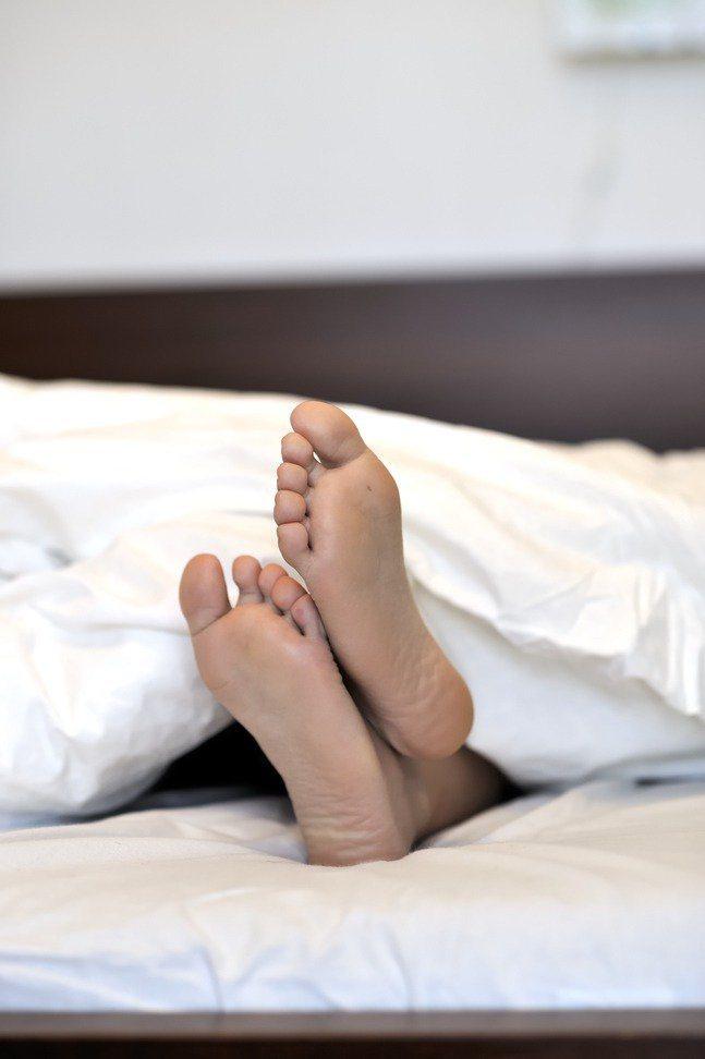 一名男網友表示,房間沒有冷氣吹,晚上裸睡在竹蓆或冰床墊仍是熱到受不了,因此好奇發問「有什麼降溫的好方法?」示意圖/ingimage