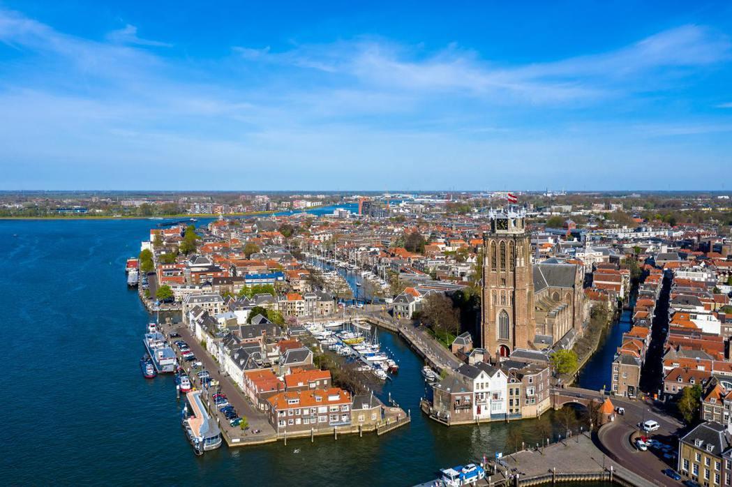 「荷蘭病」是指荷蘭曾於1960年代在北海發現天然氣油田,後續引發過度重視天然氣單...