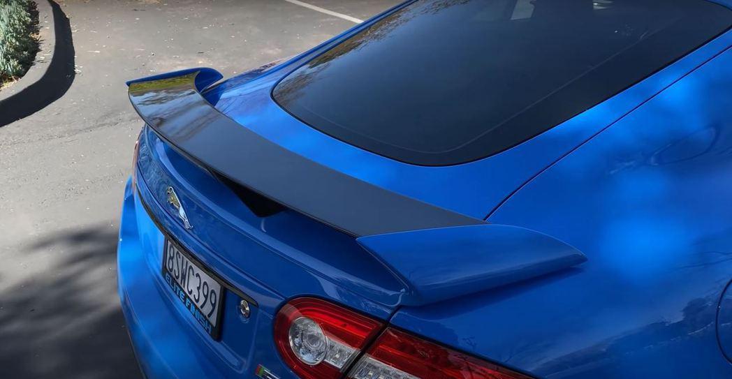 XKR-S也配備了與Jaguar以往風格極為不搭的後尾翼。 截自Doug DeM...