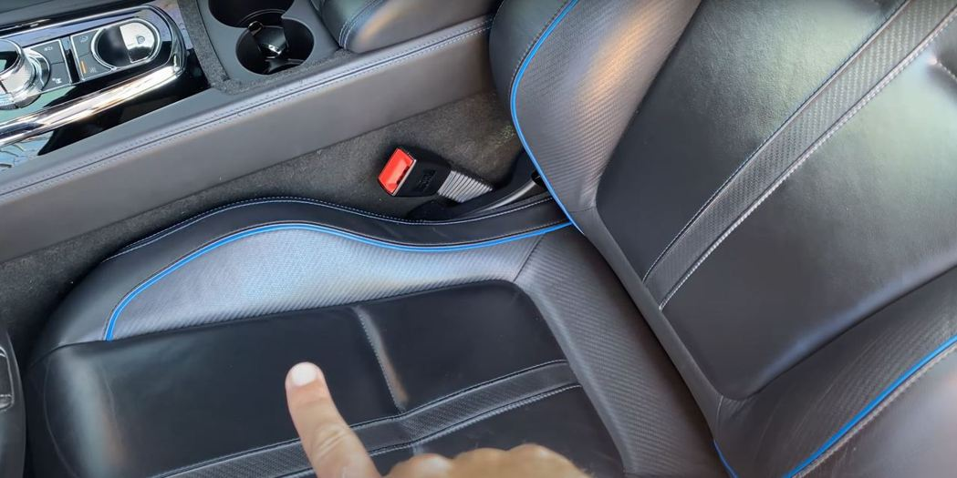 Doug DeMuro指出跑車座椅皮革上的碳纖維紋路和英式車艙完全不搭。 截自D...