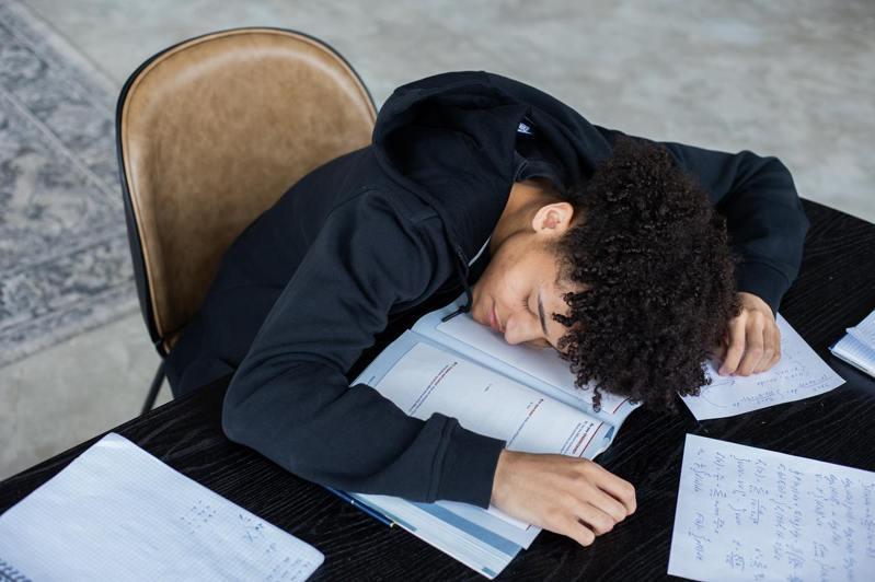 一名網友考上台大醫科後,每天沒日沒夜拚命讀書,但成績出來不如意,讓他崩潰一度掛門診。情境示意圖。圖/pexels