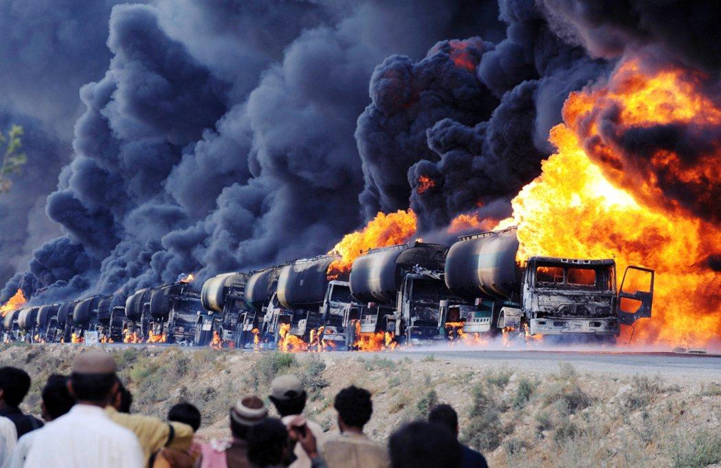 2011年8月,在巴基斯坦邊境大城奎達,遭到武裝組織襲擊、焚毀的北約阿富汗運補車...