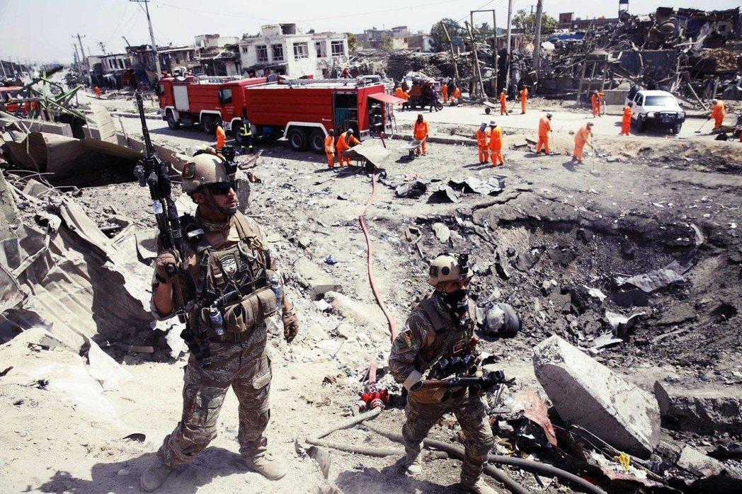 檢視恐攻大爆炸現場的阿富汗部隊。 圖/法新社