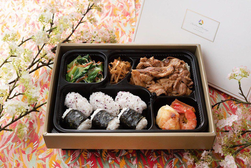 山里首選「日式薑燒豚」便當,微辛辣的薑汁燒肉,搭配紫蘇梅、海苔飯卷,不但開胃更能...
