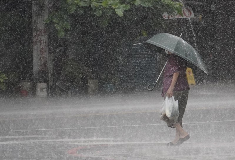 氣象局今(13日)17時50分更新豪大雨特報,雨區擴大到西半部包含桃園以南的11縣市,其中台中、南投達到豪雨等級,請下班民眾防範入夜有局部大雨發生。中央社