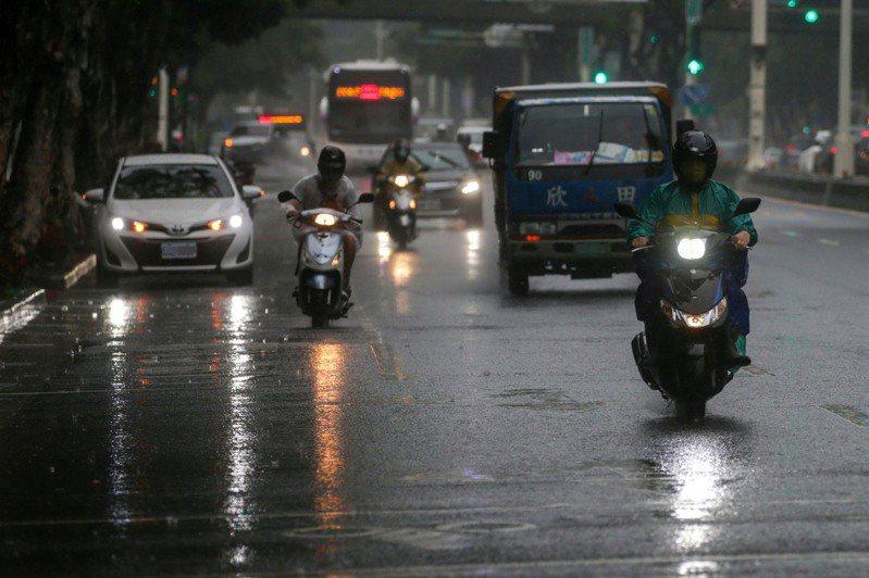 氣象局今(13日)晚間更新豪雨特報,雨區北移,桃園、新竹防豪雨,北北基等6縣市防大雨。中央社