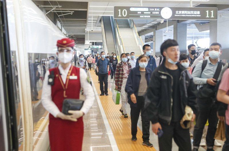大陸國家鐵路集團發佈數據:2021年上半年,全國鐵路累計發送旅客13.65億人次,同比增加5.48億人次、增長67%。圖為北京朝陽站的旅客。(中新社)