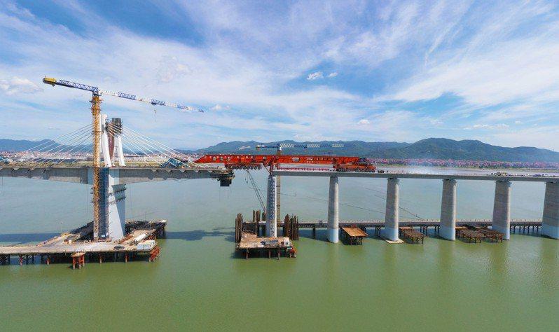 福廈高鐵湄洲灣跨海大橋建設現場,「昆侖號」完成全部架梁任務。(中新社)