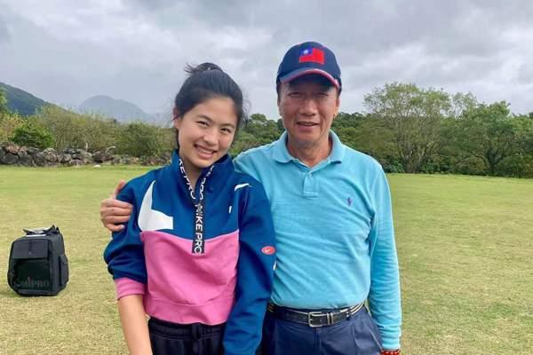 郭台銘(右)和賈永婕大女兒安安的合照。圖/摘自臉書