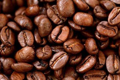 收成差加需求高,咖啡豆價格飆漲。(路透)
