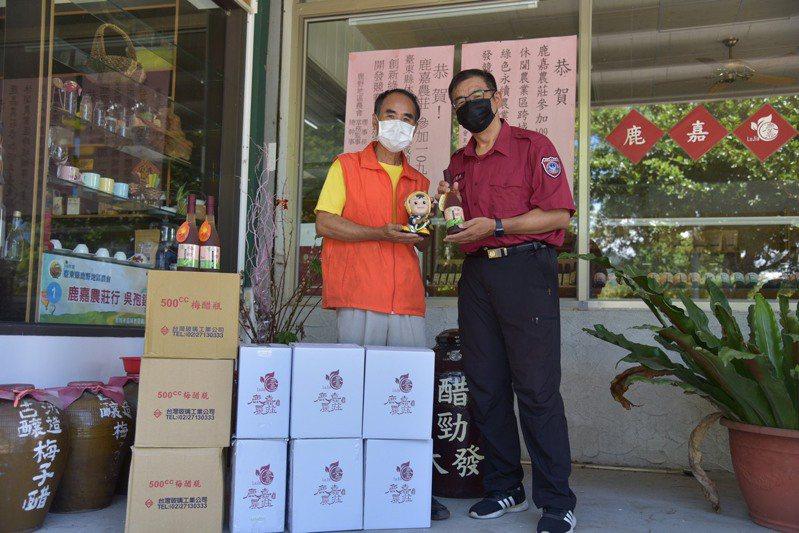 台東縣鹿野鄉鹿嘉農莊主人吳孢鐘(左)捐贈一批果醋,由關山義消分隊長周福安(右)代表接受。記者施鴻基/攝影