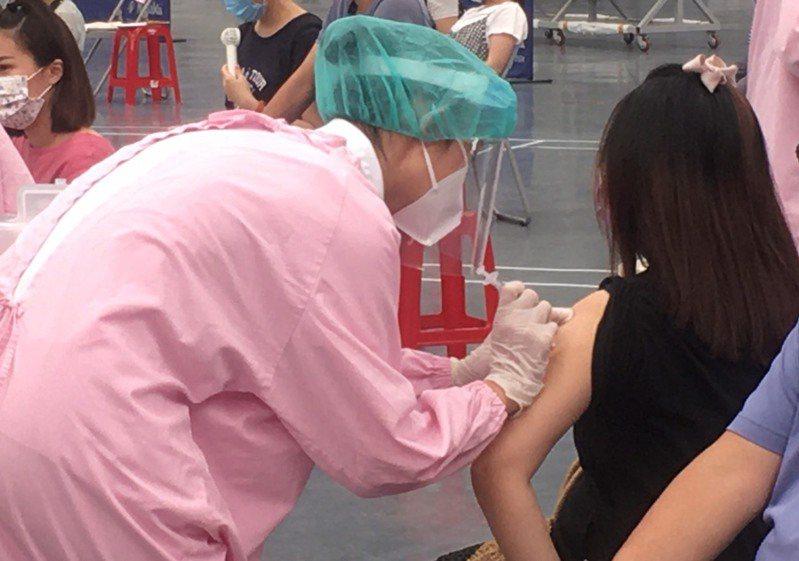 桃園巨蛋體育館接種站今天執行第2波孕婦接種專案,上午秩序大致良好。記者陳俊智/攝影