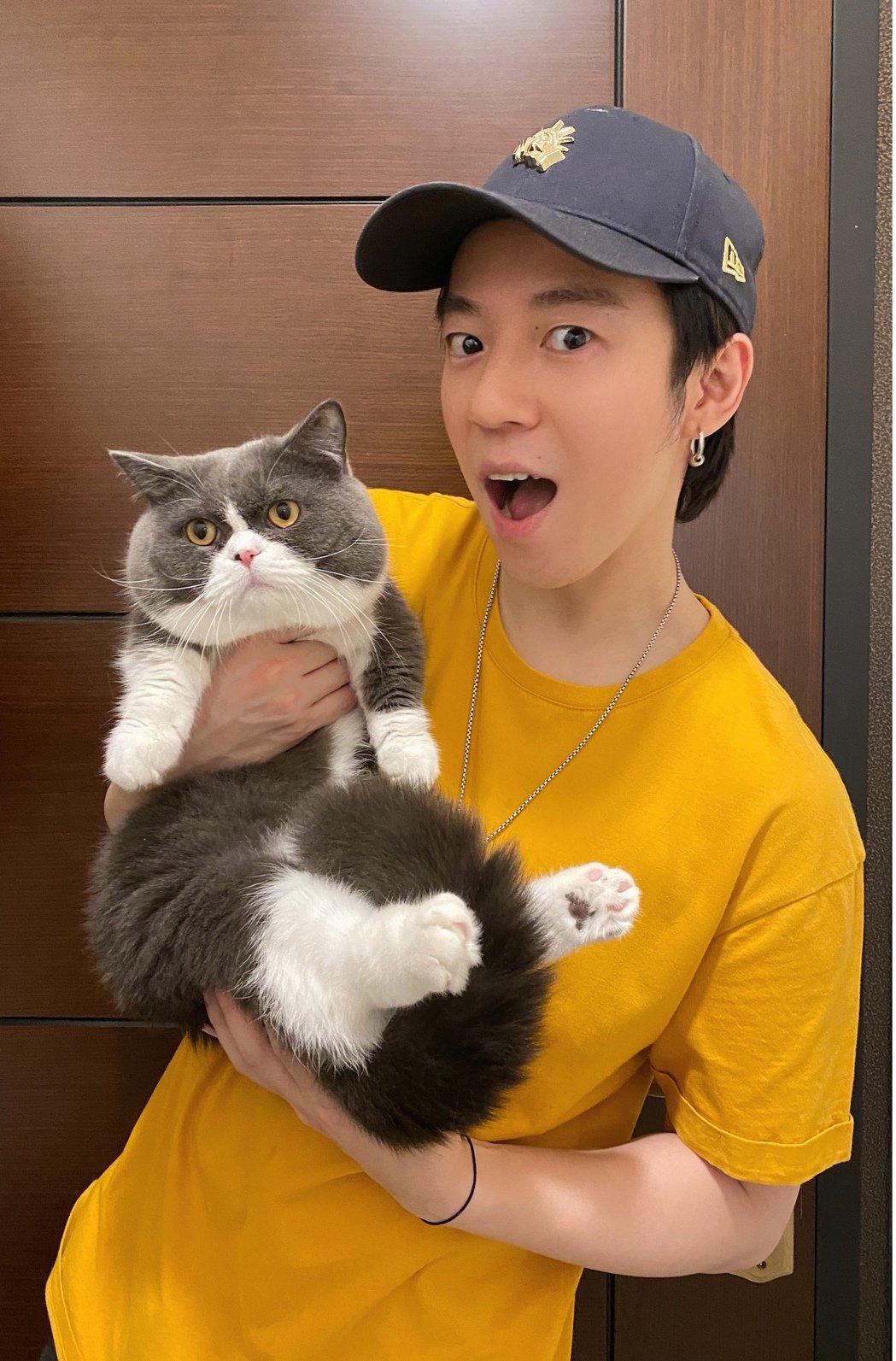 蔣卓嘉(右)直呼愛貓Trooper是防疫期間的最佳夥伴。圖/索尼音樂提供