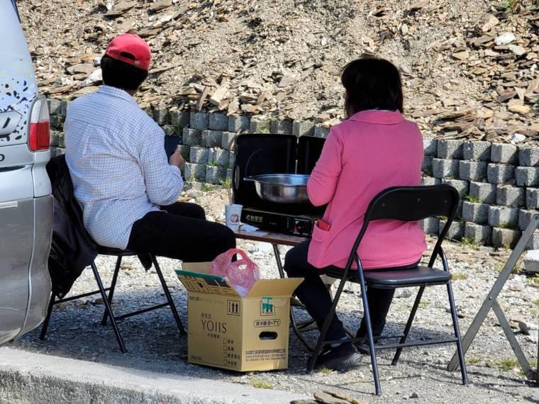 微解封首日,有民眾無視國家公園禁止野炊,在合歡山煮火鍋,脫口罩開心大啖。圖/讀者...