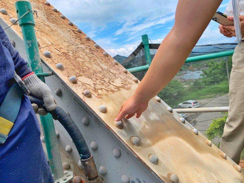 后豐鐵馬道花梁鋼橋,上部橋體進行除鏽上漆工程。圖/台中市觀旅局提供
