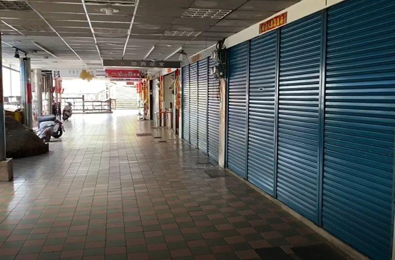 阿里山森林遊樂區內商店街超過6成商家不開門營業,來往遊客冷清。記者莊祖銘/翻攝
