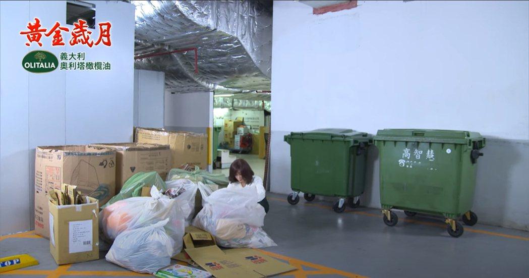 陳美鳳在「黃金歲月」戲中,到垃圾堆尋找丈夫留下的打火機。圖/民視提供