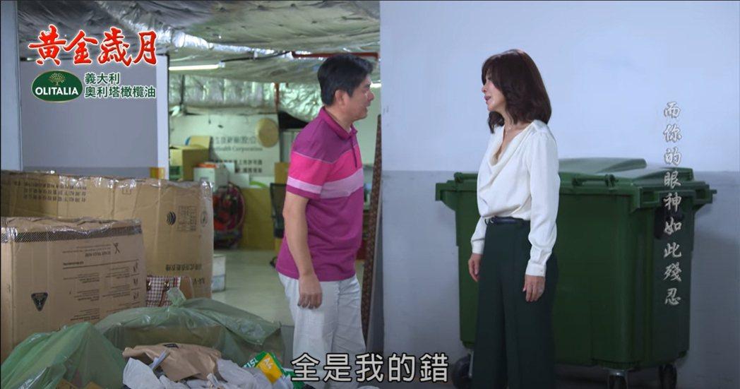 陳美鳳(右)在戲中找丈夫遺物,洪都拉斯勸解。圖/民視提供