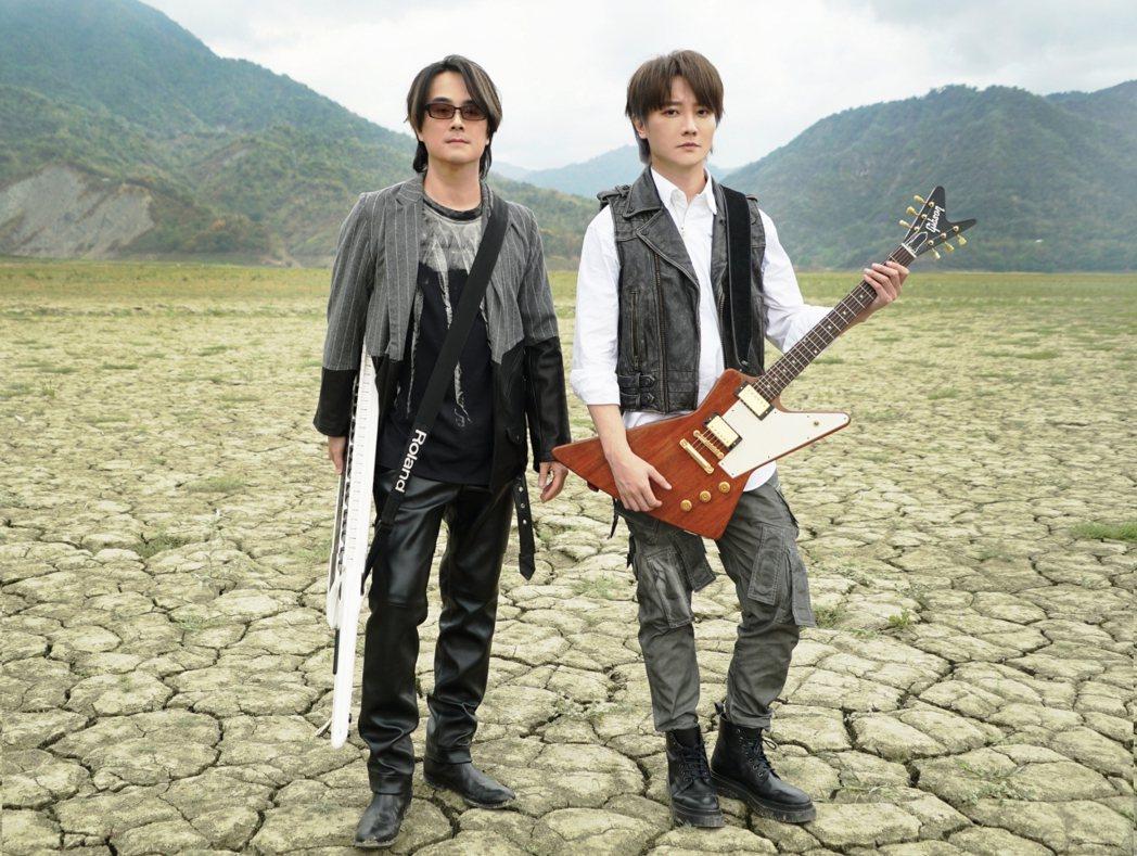 F.I.R.飛兒樂團陳建寧(左)、阿沁到台南曾文水庫拍攝MV。圖/華研國際提供