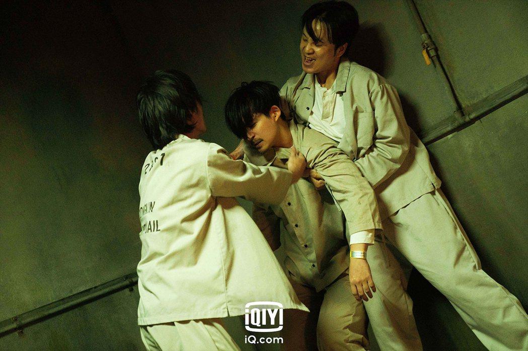 「逆局」牢房篇預告,周渝民淪人肉沙包。圖/愛奇藝國際站提供