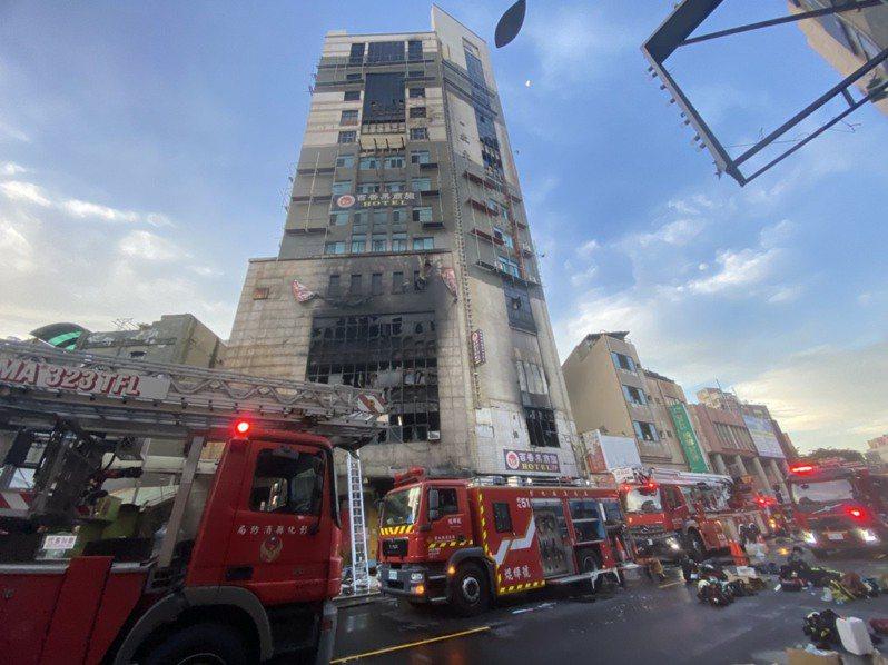 彰化市喬友大樓大火奪走一名消防隊員生命,開放消防員組工會聲浪再起。圖/聯合報系資料照片
