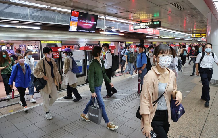 中央流行疫情指揮中心宣布今起微解封,許多公司本周恢復正常上下班,上班時間捷運台北...