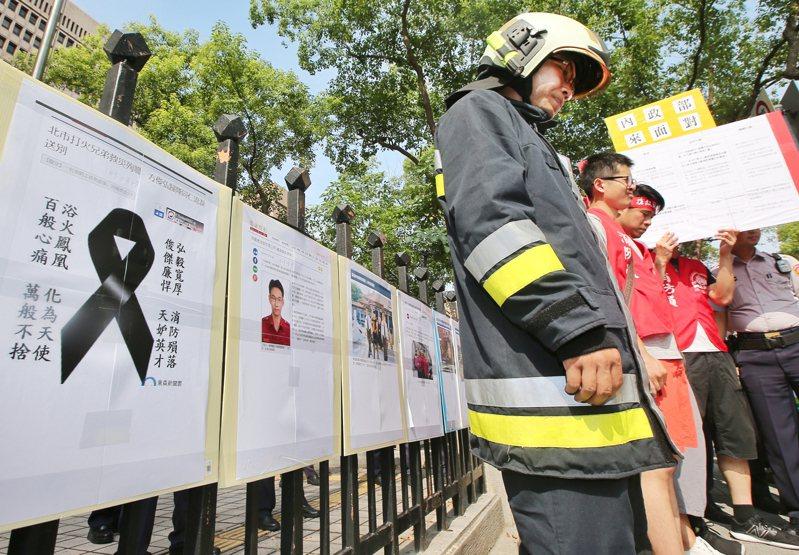 從2014年徐國堯走上街頭,再到今年喬友大火,消防員籌組工會之路仍遙遙無期。圖為敬鵬大火消防員遊行表達爭取權益訴求。圖/聯合報系資料照片