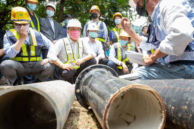 行政院長蘇貞昌(左二)今天到基隆過港路,了解自來水管線汰換執行情形。圖/基隆政府提供