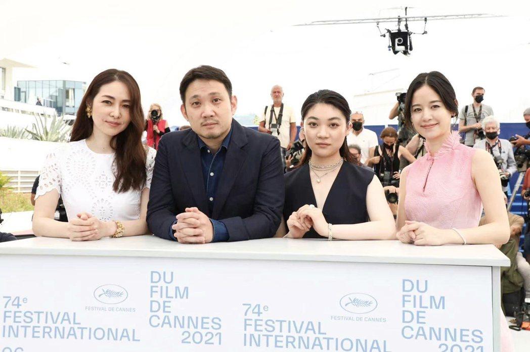 左至右霧島麗香、導演濱口龍介、三浦透子、袁子芸在坎城影展留影。圖/祖與占提供