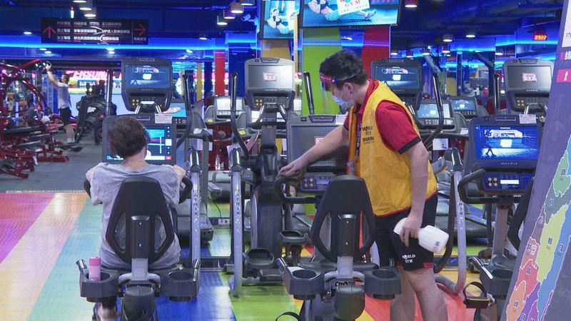 健身房微解封,所有器材使用過後立刻消毒,也會有工作人員輪流檢查設備做定期清消。記者徐宇威/攝影
